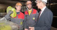 Landeshauptmann Mag. Thomas Stelzer mit den beiden Mitarbeitern Thomas Lattner (Mitte) und Gerald Kaltenböck (links) im Gespräch.