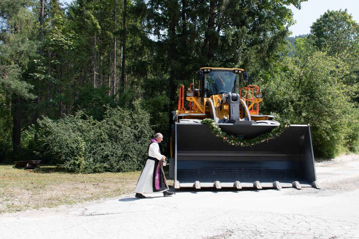 Pater Florian bei der Weihe des Radladers